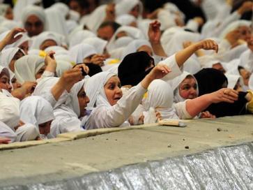 hajj throwing pebbles